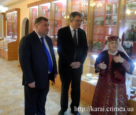 13 декабря в Мелитополе состоялась встреча караимов с Чрезвычайным и Полномочным послом  Литовской Республики в Украине Пятрасам  Вайтекунасам