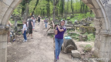 Уборка на кладбище Балта Тиймэз